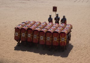 Reencenadores da Roma Antiga, demonstrando como a Formação Tartaruga funciona (repare nas armaduras Lórica Segmentadas usadas por esses atores) (Fonte: Wikicommons / Autor: Neil Carey)