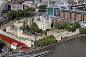 Foto aérea da fortaleza Torre de Londres, tirada do maior prédio de Londres, The Shard (Fonte: Wikicommons / Autor: Hilarmont)