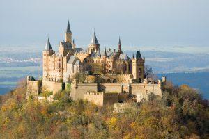 Vista atual do castelo, que não está muito diferente da vista do castelo construído em fins do século XIX (Fonte: Wikicommons / Autor: A. Kniesel)
