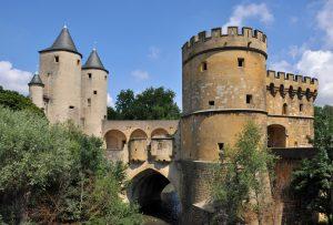 """Exemplo de construção defensiva alemã do século XIII e XIV. este é o """"Portão Alemão"""" da Cidade de Metz, antes parte dos reinos alemães medievais, agora parte da atual França. Possivelmente as torres e muros do primeiro castelo Hohenzollern eram parecidas com estas (Fonte: Wikicommons - Autor: Marc Ryckaert 2011)"""