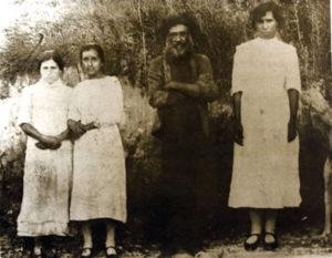 """O """"monge"""" José Maria ao lado de três """"virgens"""""""