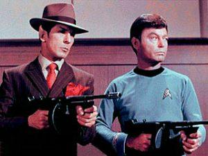 Spock e MaCoy num planeta que imita as gangues mafiosa de Chicago da década de 20.