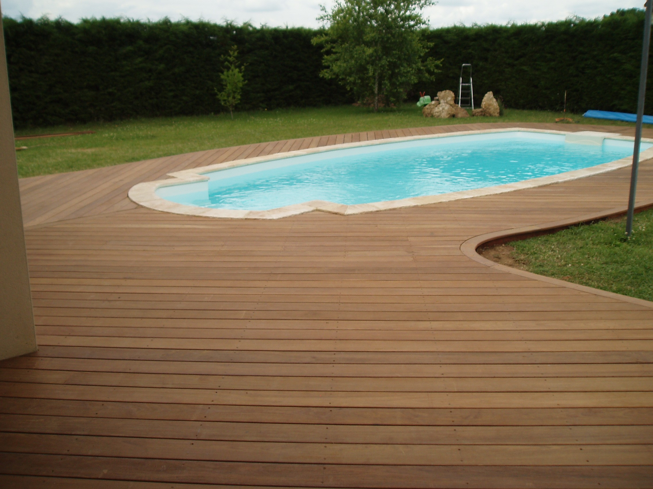terrasse de piscine en bois quel