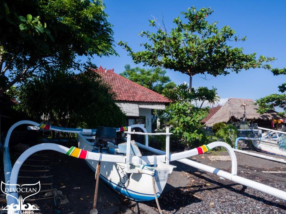 Unser kleines Häuschen in Amed amStrand mit roten Dachziegeln und einem weißen Auslegerboot der Nachbarn davor.