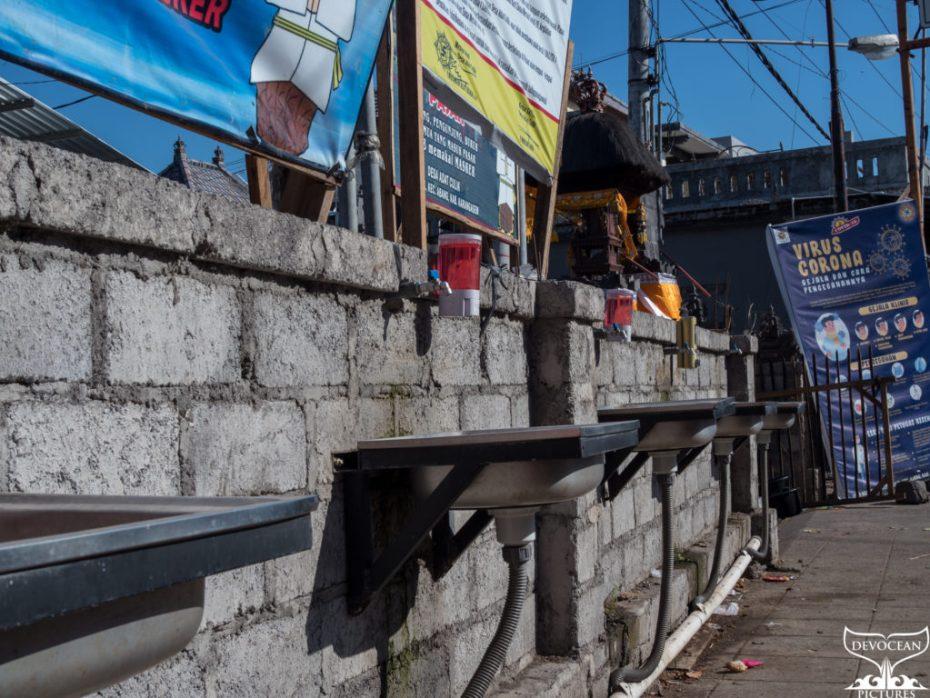 Leben unter Corona: Regeln und Realität auf Bali - Foto von den Waschbecken, die am Markt von Culik bei Amed angebracht wurden.