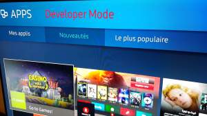 Photo du menu Apps d'une Smart TV Samsung avec le texte Developer Mode en rouge