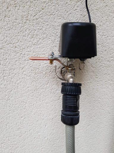 La Soupape de contrôle WiFi Jinvoo installée sur le robinet extérieur