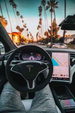 """""""Au volant"""" d'une Tesla utilisant l'intelligence artificielle pour conduire de façon autonome."""
