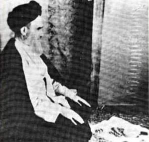 خمینی_در_نماز wikipedia public domain Ayatollah Khomeini