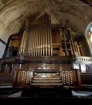 http://commons.wikimedia.org/wiki/File:Woodward_Avenue_Presbyterian_Church_pipe_organ.jpg