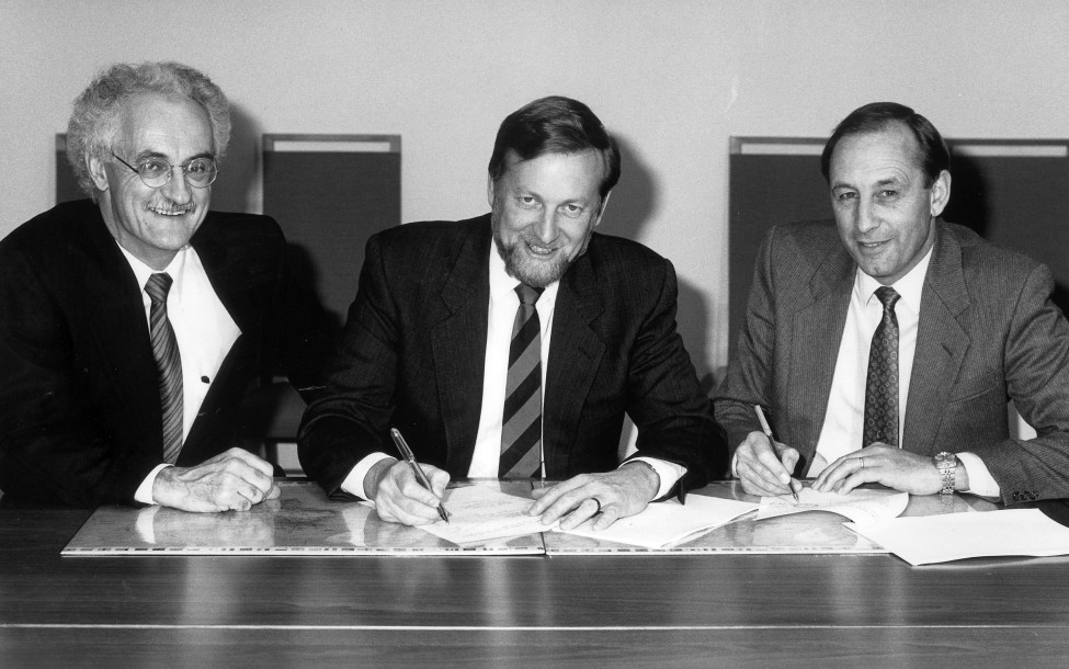 Bill Armstrong (right) signing a volunteer program agreement with Foreign Minister Garath Evans (centre) and Christopher Fogarty, former Chair of OSB/AVI.