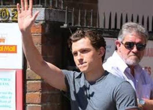 Tom Holland pakai kaos abu-abu
