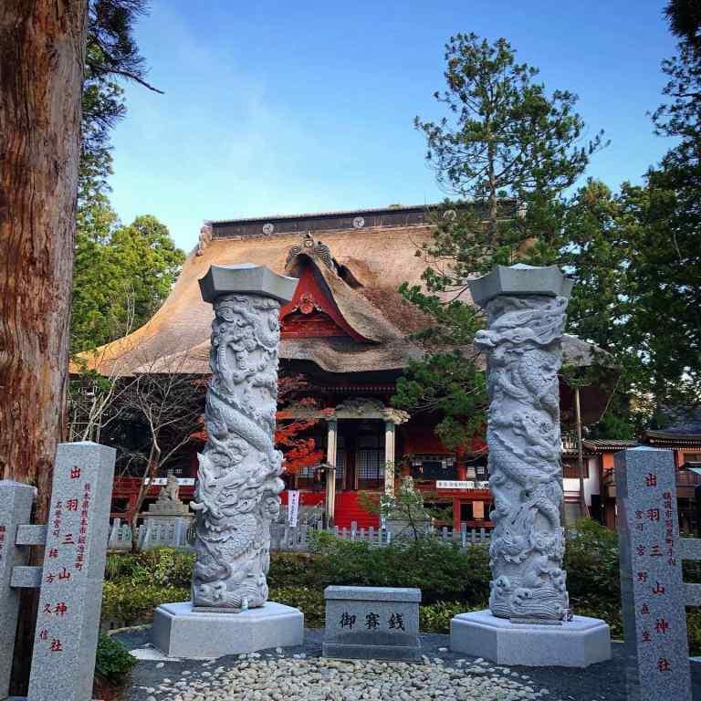 Sanjingosaiden at the top of Mt. Haguro is the main hall of Dewa Sanzan Shrine (Shinto), but it used to be Jakkoji Temple (Buddhist)