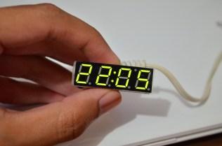 Jam digital kecil. Tinggal hubungkan ke baterai. Bisa didesain casing sesuai kreativitas.