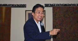 Ragam pose Pak Lie Seng Cuan