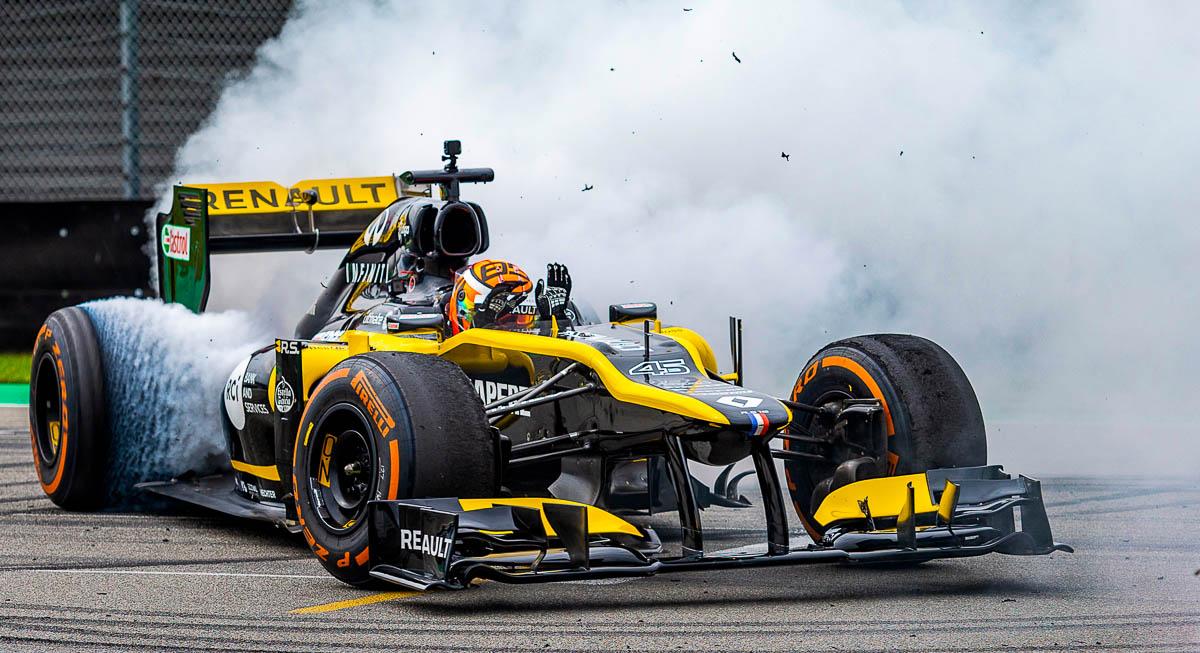 Jack Aitken draait donuts op het asfalt in zijn Renault Formula 1 R.S.18 bolide, tijdens een demonstratie op de Gamma Racing days