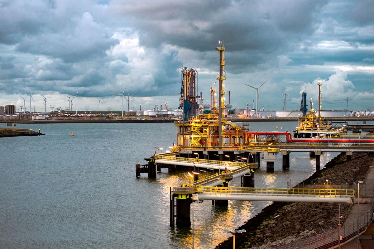 De Gate LNG terminal aan de Nijlhaven, het einde van de Maasvlakte , uitkijkend op de silo's en windmolens Tennesseehaven,