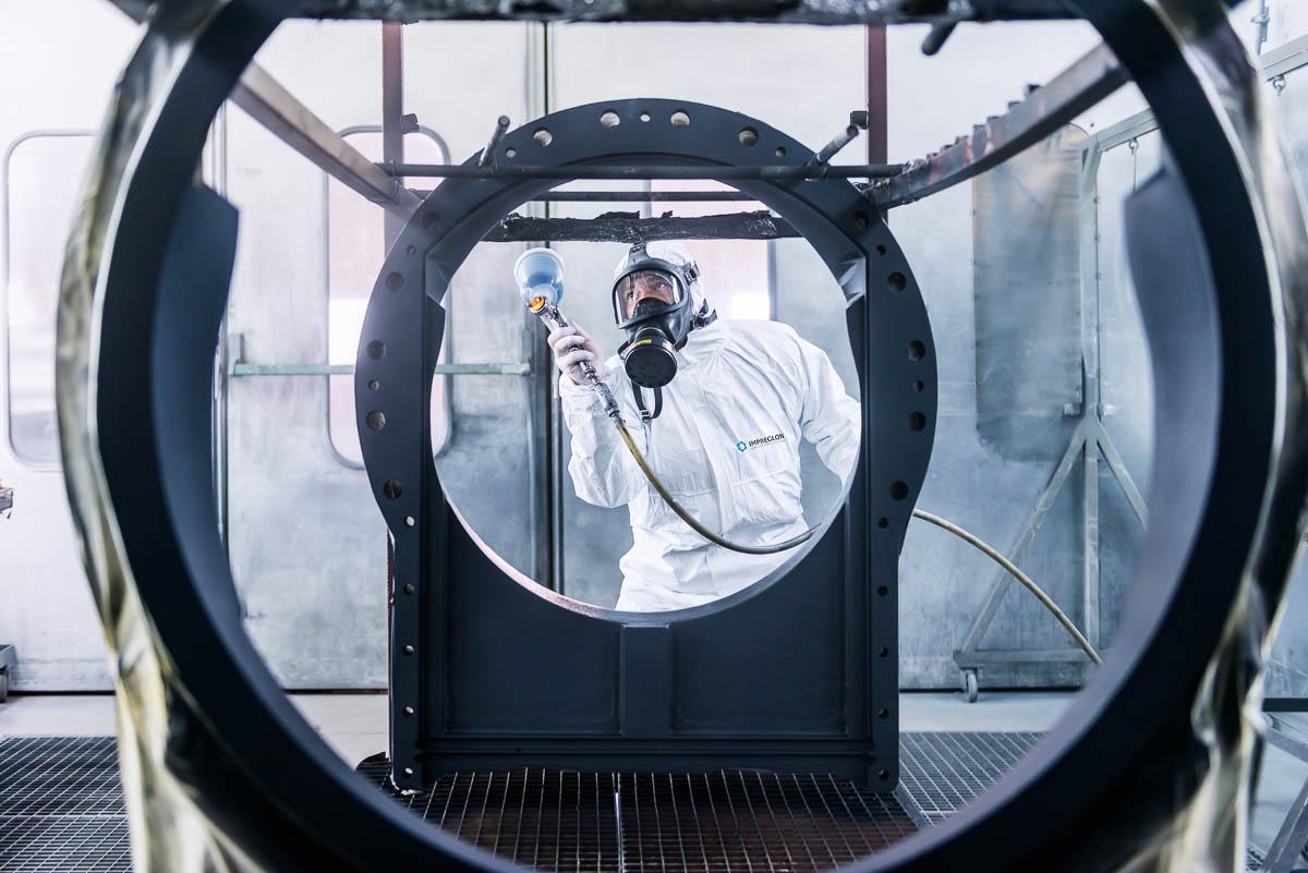 Het lakken van een industrieel frame in een spuitkabine
