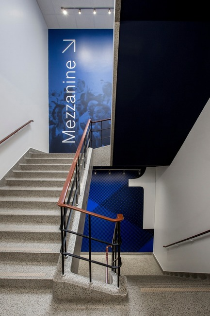 Press kit   2064-03 - Press release   AtCégepMarie-Victorin, Art is an Essential Element of Education! - Cégep Marie-Victorin - Institutional Architecture - Visual of the signal system in the stairs that lead to the mezzanine - Photo credit: Sébastien Roy