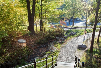 Press kit   2366-03 - Press release   Montreal Project Wins Major International Design Award - civiliti with Julie Margot design - Landscape Architecture -  Place-markers cluster at the foot of stairs leading up the Mount Royal&nbsp;<br>  - Photo credit: Adrien Williams