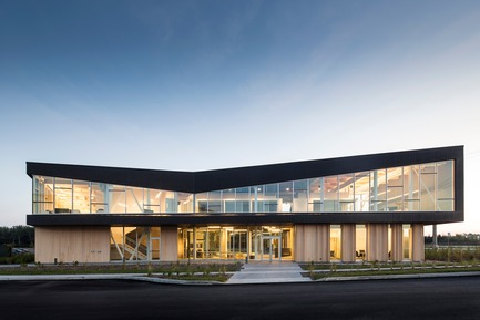 Press kit | 865-30 - Press release | Lemay Wins 2017 American Architecture Prize for Design of Pomerleau Offices - Lemay - Commercial Architecture - Pomerleau Offices - Main entrance  - Photo credit: Jonathan Robert
