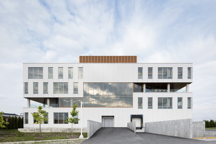 Press kit | 846-20 - Press release | The White Tunic of OIIQ by Ceragres - Ceragres - Institutional Architecture - Ordre des infirmières et infirmiers du Québec building - Photo credit: Adrien Williams