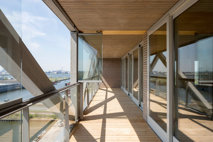Press kit   2339-01 - Press release   PATCH22, a Highrise in Wood, Wins the WAN 2016 Residential Award - FRANTZEN et al - Residential Architecture - The loggias are enclosed with fold away single glass sheets to create wintergardens<br> - Photo credit: Luuk Kramer