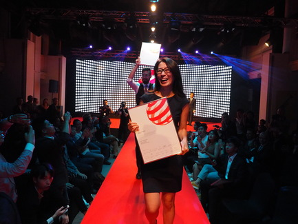 Press kit   2188-01 - Press release   Red Dot Award: Design Concept 2016 Results - Red Dot Award: Design Concept - Industrial Design - Yoojung Ahn and Jared Gross following traditions with the Red Dot Luminary parade on the runway - Photo credit: Red Dot Award: Design Concept