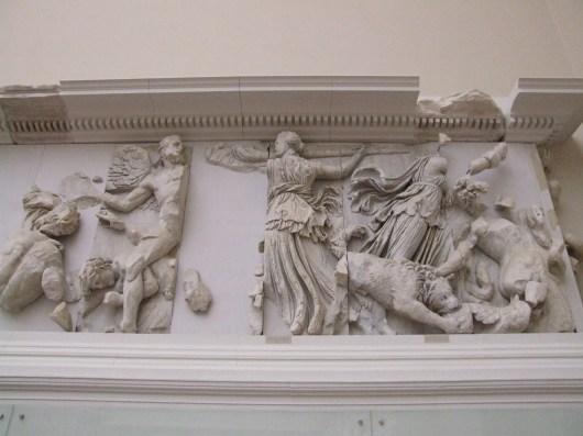 poibePergamonmuseum_-_Antikensammlung_-_Pergamonaltar_27