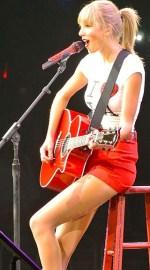 Taylor Swift şi-a asigurat picioarele pentru 40 de milioane de dolari