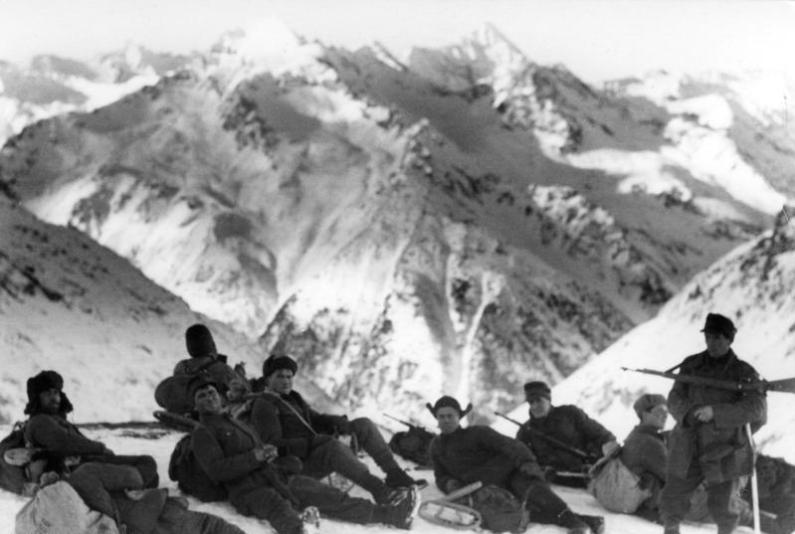 Soldati germani din trupele de munte, in timpul unei halte, decembrie 1942. Foto German Federal Archive, sursa Wikipedia.