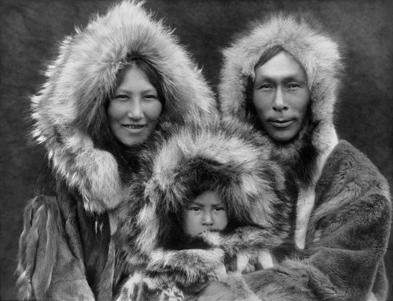 Foto de Edward S. Curtis. Familie de eschimoşi Inupiat din Noatak, Alaska, fotografiată în 1929. Sursa Wikipedia.