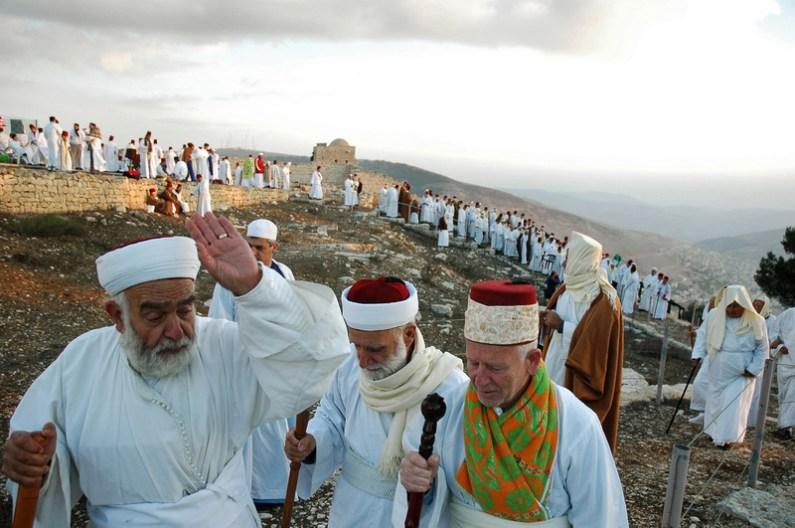 Samariteni pe muntele Gerizim, West Bank, în timpul pelerinajului de Sukkot. Foto de EdwardKaprov, sursa Wikipedia.