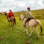 Südamerikas beste Reiseliter mit einer Reisegruppe auf Pferden unterwegs in Ecuador