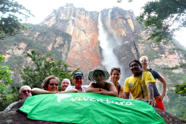 viventura-Reisegruppe vor dem Salto Angel-Wasserfall in Venezuela