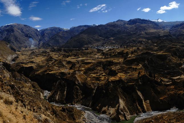 Der Colca Canyon bietet fantastische Ausblicke auf Schluchten und vorbeiziehende Kondore
