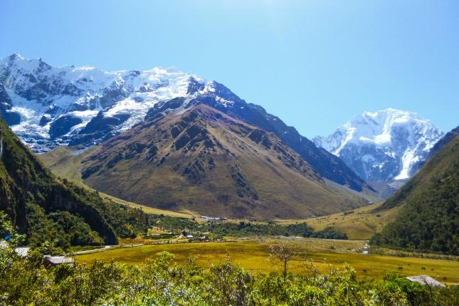 Trekking in Peru abseits des Inkatrails: der Salkantay Trek führt zwischen schneebedeckten Gipfeln bis zu Machu Picchu