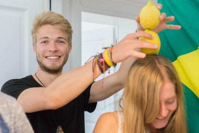 Unser Datenspezialist Edgar hält zum Spaß zwei Zitronen über Kayas Kopf.