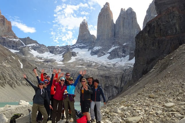 viventura Reisegruppe vor dem Torres del Paine Massiv
