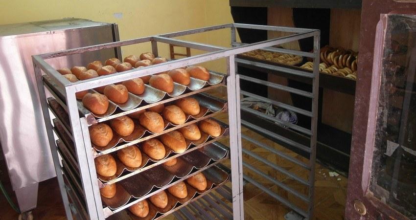 Kinderrechte in Bolivien: Die NATs Kinderbäckerei wird von terre des hommes unterstützt. Auf dem Foto: Gold gebackene Brötchen aus dem Ofen, bereit für den Verkauf.