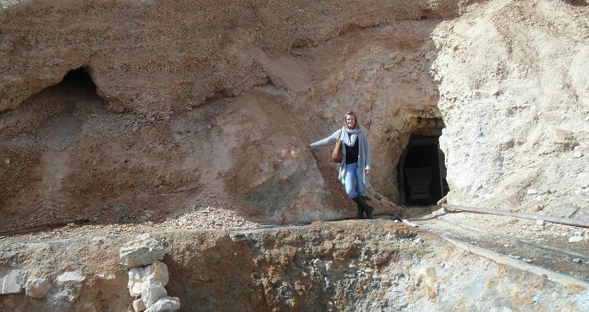 Ich stehe vor einem Eingangsloch des Minenberges Cerro Rico.