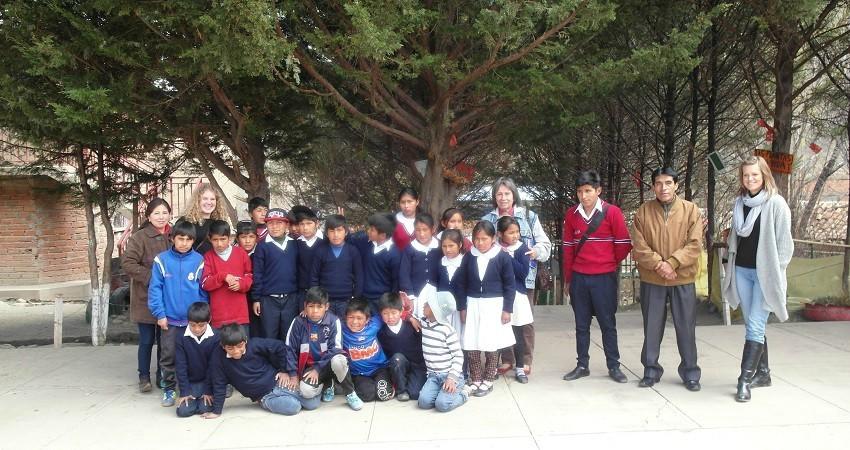 Kinderrechte in Bolivien: Auf dem Schulhof stellen wir uns zusammen mit dem Direktor und den Kindern für ein Gruppenfoto.
