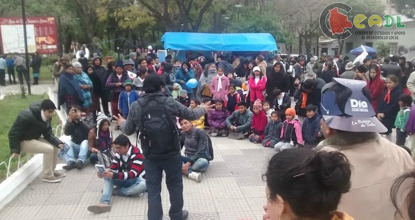 Menschenrechte in Bolivien: Die jungen Aktivisten von CEADL bei einer öffentlichen Versammlung.