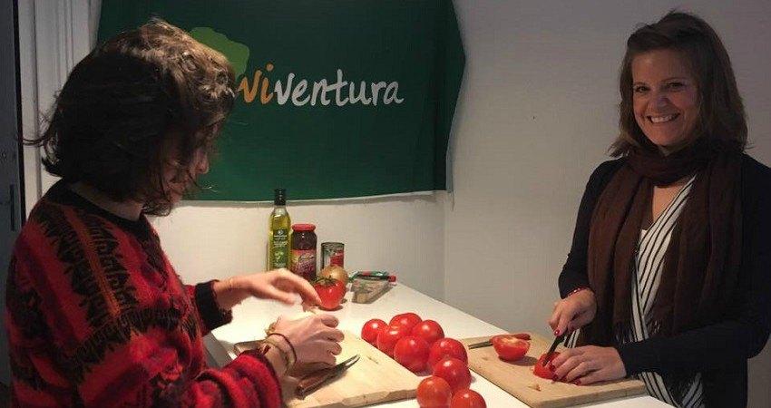Empanadas Rezept aus Chile: Alice und Hester stehen am Küchentisch und schnibbeln Tomaten und Zwiebeln.