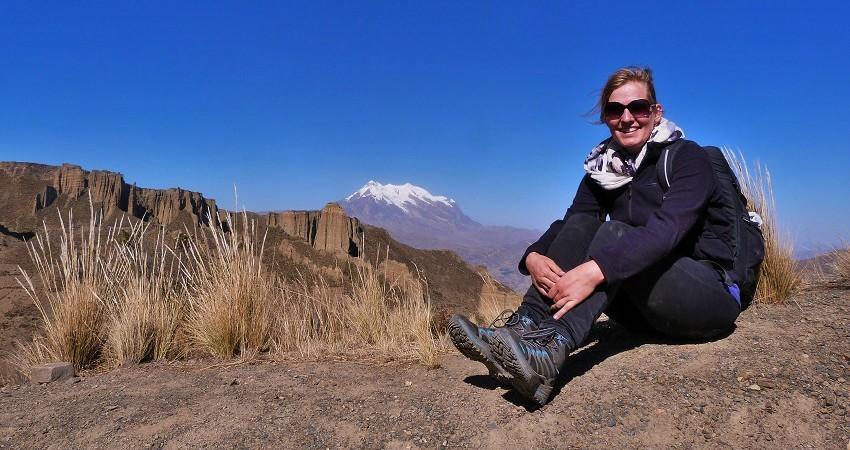 Praktikum in La Paz: Sarah ist bereits seit vier Monaten in Bolivien. Bisher hat sie schon viel erlebt und hat auch für die folgende Zeit noch viel vor. Hier sitzt sie auf einem Felsen während eines Ausfluges in der Nähe von La Paz. Im Hinergrund leuchtet der schneebedeckte Illimani Berg