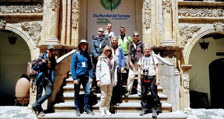 Praktikum in La Paz. Sarah steht mit ihrer Reisegruppe vor dem Museum in La Paz.