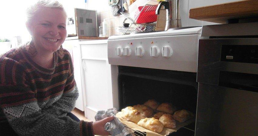 Empanadas Rezept aus Chile: Felia holt die frisch gebackenen Empanadas aus dem Ofen.
