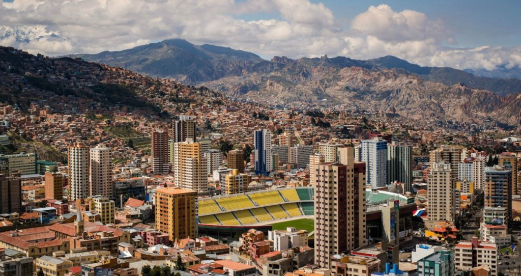 La Paz liegt inmitten von hohen Gipfeln.