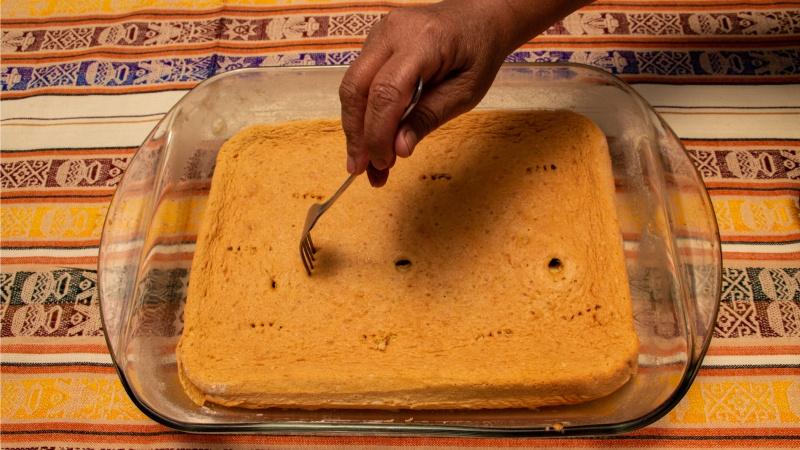 Durch die Löcher kann die Milchmischung in den Biscuitteig einziehen.
