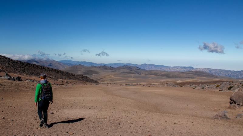 Der Paramo ohne Pflanzen gleicht stellenweise einer Wüste oder gar Mondlandschaft, so fremdartig erscheint die endlose rote Weite.